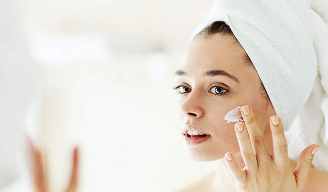सर्दियों में इस तरह करें ख़ुश्क त्वचा की देखभाल