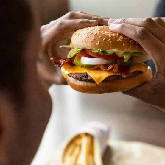 बर्गर खाते ही हुआ लहूलुहान, पढ़ें पूरी खबर