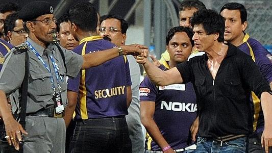 सिक्युरिटी गार्ड को धमकाने पर शाहरुख को मिली क्लीनचिट