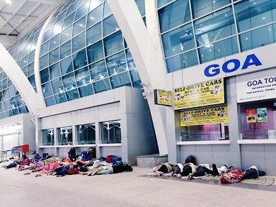एयरपोर्ट के बाहर जमीन पर सोते दिखाई दिए लोग