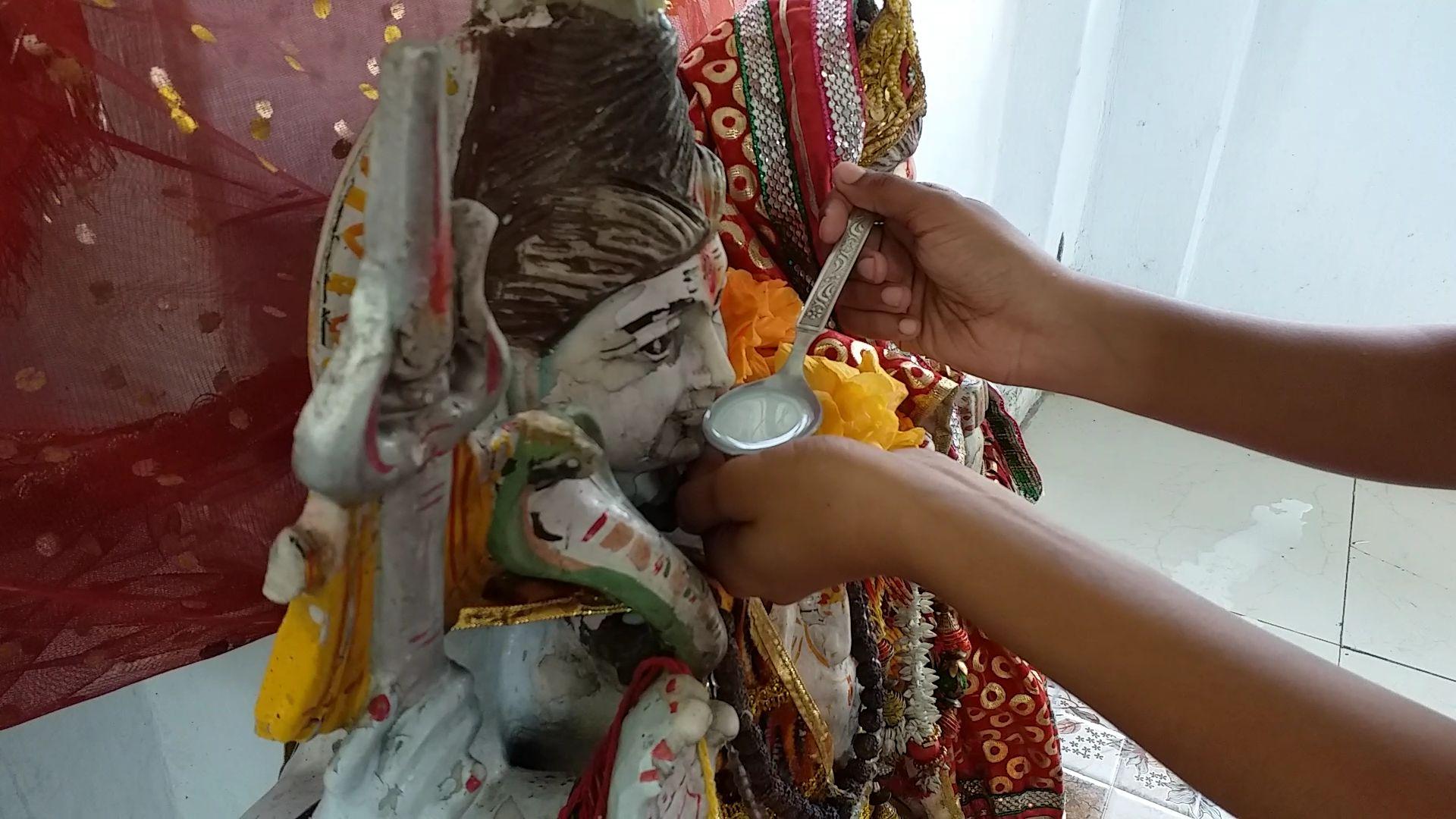 शिवजी के दूध पीने की खबर सुनकर मंदिरों में उमड़ी भीड़, भारी संख्या में दूध पिलाने पहुंचे श्रद्धालु