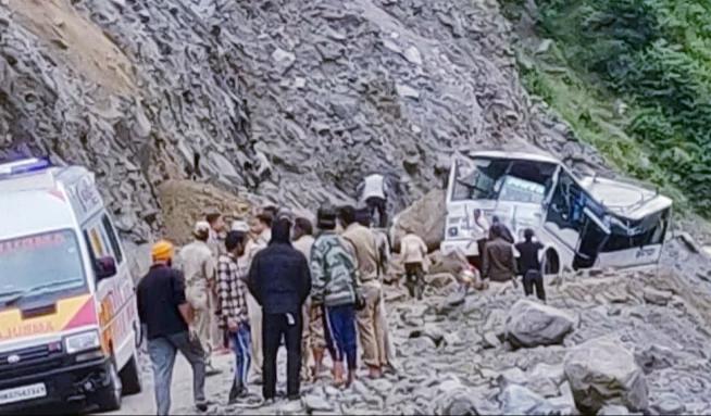 मलबे की चपेट में आई बस, सात यात्रियों की मौत