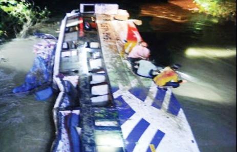 पुल की रेलिंग तोड़कर नदी में जा गिरी बस, 6 लोगों के मारे जाने की खबर