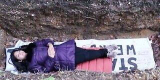 तनाव दूर करने के लिए यूनिवर्सिटी की सलाह, आधा घंटा कब्र में लेटो
