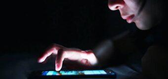 सावधान: फोन और कंप्यूटर की ब्लू लाइट कर रही है आपको बूढ़ा