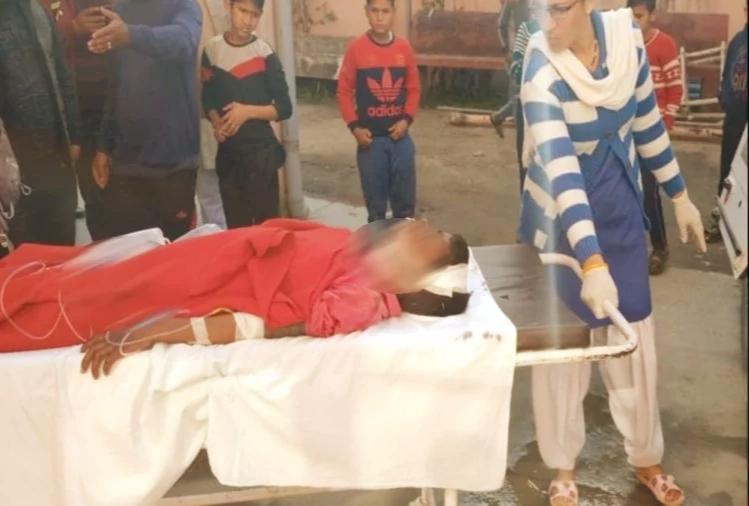घायल बच्चे को अस्पताल ले जाते हुए परिजन