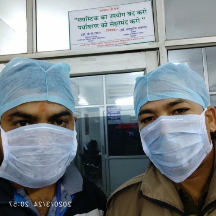 दून अस्पताल में ब्लड बैंक के कर्मचारी