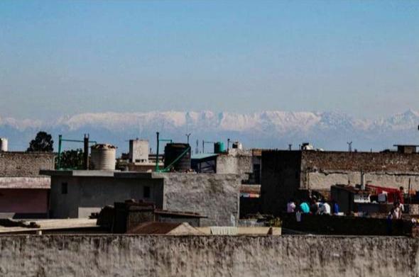 जालन्धर शहर से साफ नजर आ रही हिमालय की बर्फ़ीली चोटियां फोटो: रितेश सैनी