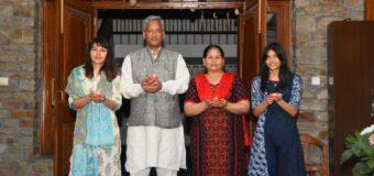 मुख्यमंत्री त्रिवेंद्र ने अपने आवास पर परिवार संग जलाये दीये
