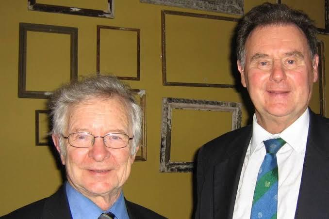 गणितज्ञ टोनी लुईस (दाएं) और फ्रैंक डकवर्थ ने मिलकर डकवर्थ-लुईस फॉर्मूला बनाया था। 1997 मे दिए गए इस फॉर्मूले को आईसीसी ने 1999 वर्ल्ड कप में अपनाया था।