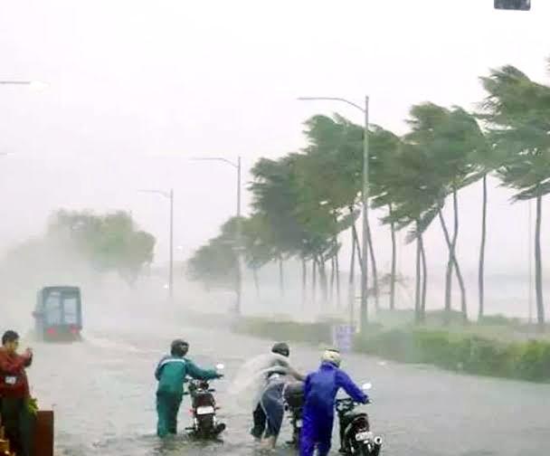 अम्फान तूफान ने उजाड़े हज़ारों घर, अबतक दो लोगों की गई जान