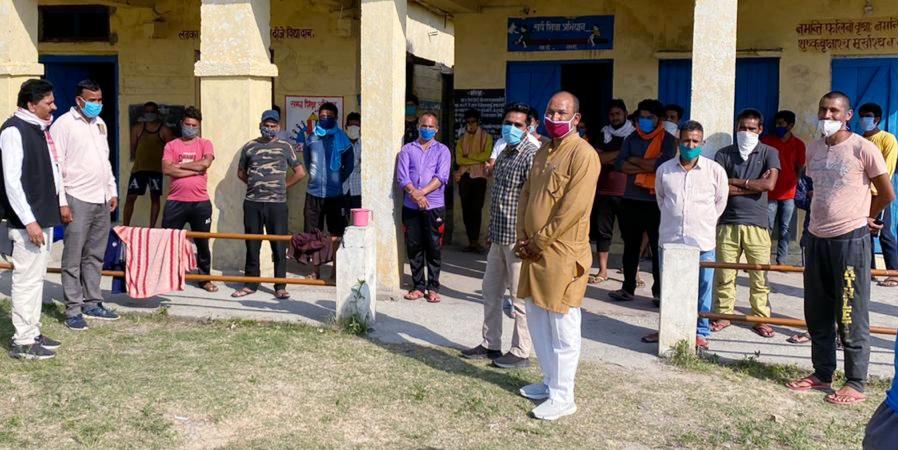 ग्रामीण क्षेत्रों का भ्रमण करते हुए जनसेवी नरेंद्र प्रसाद आगरी