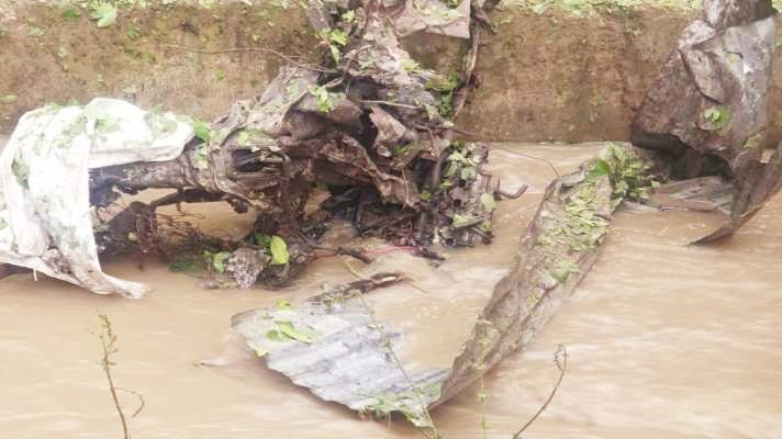 जम्मू-कश्मीर के पुलवामा में 50 किलो बारूद से भरी कार में धमाका, उड़े परखच्चे