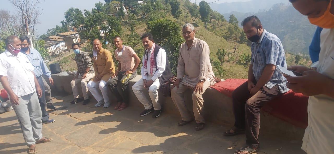 क्षेत्रीय ग्रामीणों के साथ समाजसेवी नरेंद्र प्रसाद आगरी