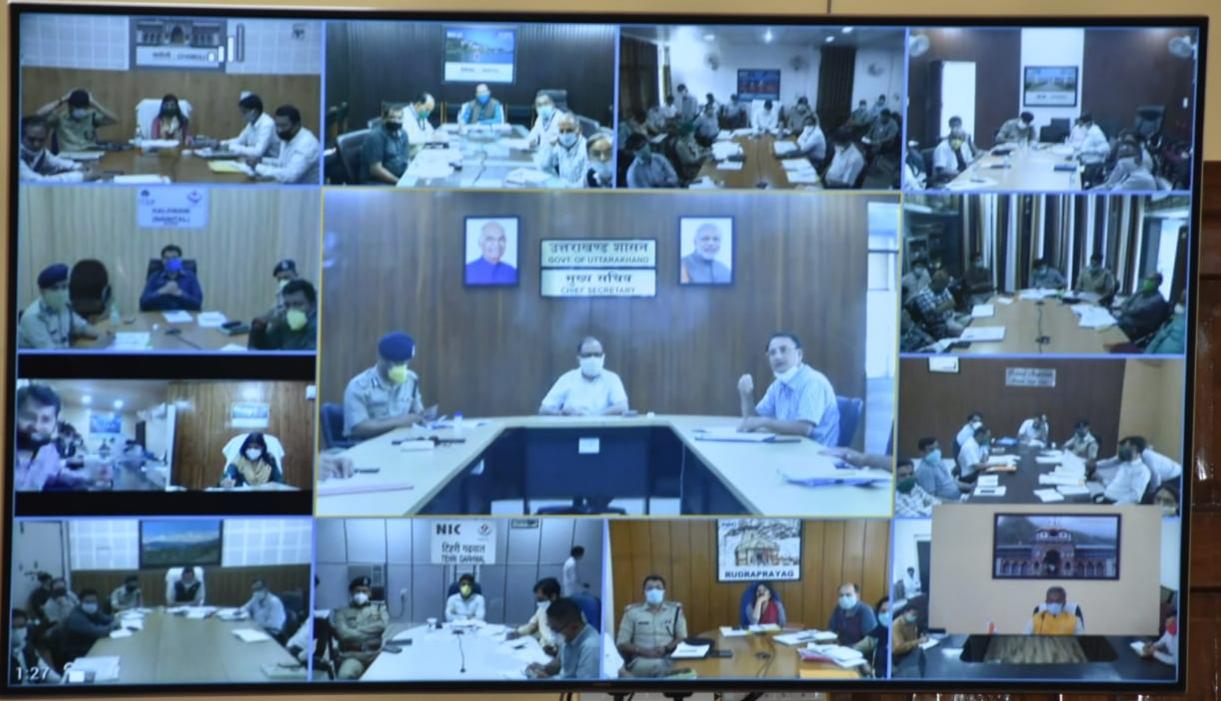 मुख्यमंत्री के समक्ष वीडियो कॉन्फ्रेंसिंग के दौरान उपस्थित राज्य के अधिकारीगण