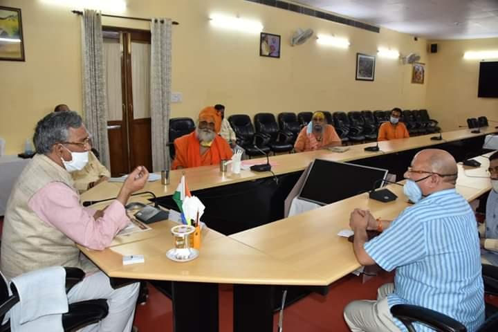 महाकुम्भ मेला 2021 के आयोजन को लेकर अखाड़ा परिषद के संतो ने की मुख्यमंत्री से वार्ता