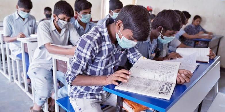 भारत में कई परिवारों के पास स्मार्टफोन खरीदने के नहीं हैं पैसे, इंटरनेट भी नहीं, गरीब परिवारों के लाखों बच्चों की छूट गई पढ़ाई