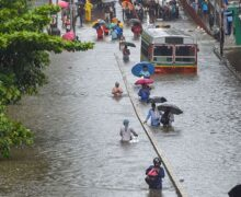मुंबई में भारी बारिश का कहर, आसमानी आफत में फंसे लोग