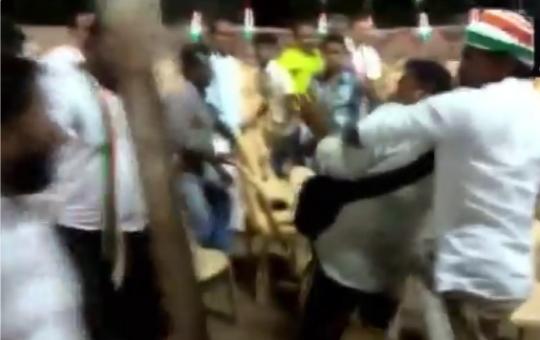 खाली कुर्सियों की फोटो लेने पर कांग्रेस कार्यकर्ताओं ने पत्रकारों को पीटा