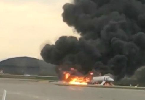 आग की लपटों में घिरे विमान ने की इमरजेंसी लैंडिंग, 41 लोगों की मौत