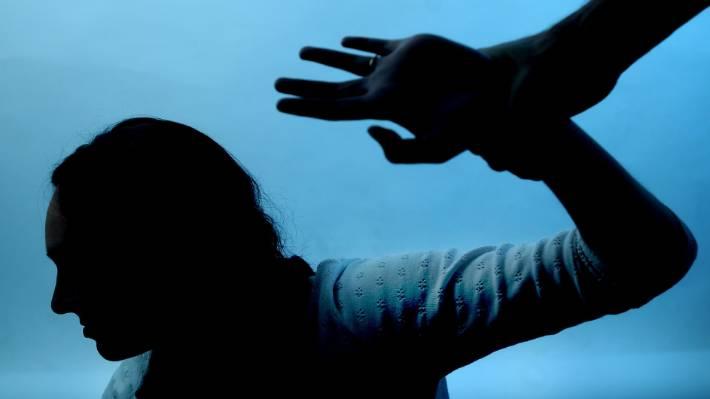 एटीएम में महिला के साथ मनचले ने की शर्मनाक हरकत, वीडियो बनता देख भागा