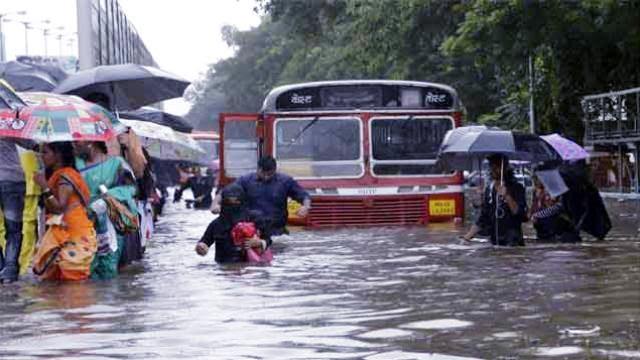 फिर पानी में डूबी मुंबई, जारी हुआ ऑरेंज अलर्ट